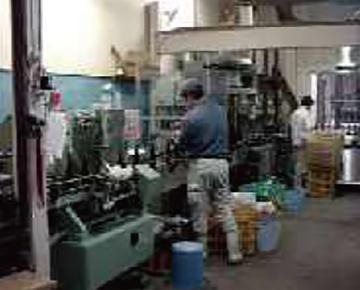 05. 醤油の容器詰め作業